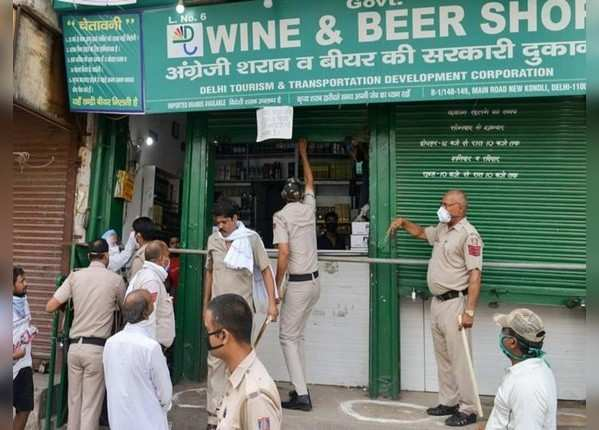 भारी भीड़ के बाद पुलिस ने बंद कराई दुकानें
