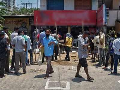 दिल्ली में शराब की दुकान पर भीड़