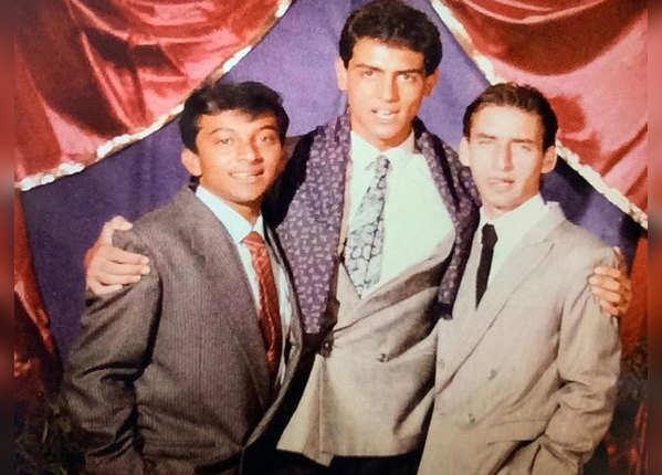 1990 की तस्वीरों में दोस्तों के साथ अर्जुन