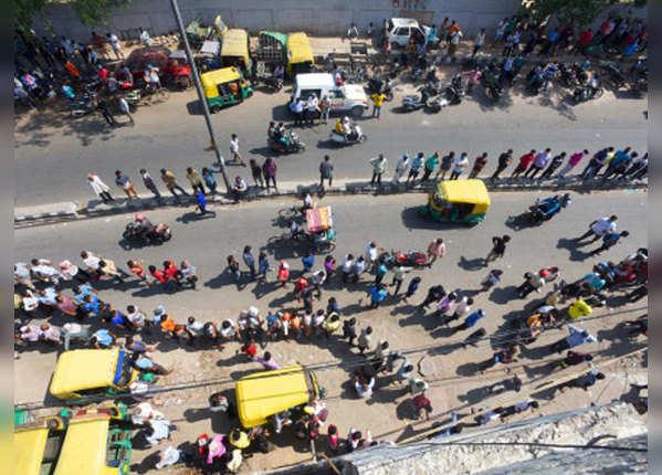 70 फीसदी जुड़ा टैक्स, फिर लाइन में लगे दिल्ली वाले