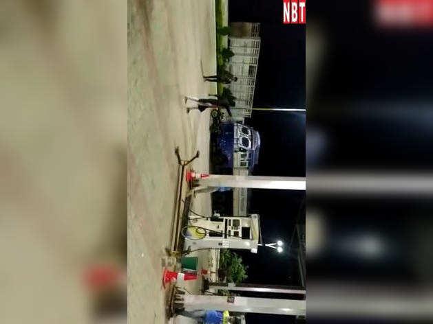 MP: नशे में धुत युवती ने पेट्रोल पंप पर काटा बवाल