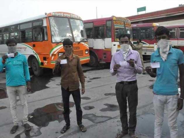 केंद्र के कहने पर भी मजदूरों से हो रही 'बेईमानी', अपनी जेब से दे रहे रेल का किराया