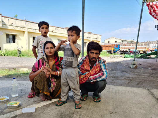 hungry mahesh reached vaishali from jaipur on foot with wife and children coronavirus lockdown