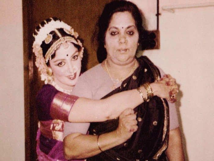 मां के साथ हेमा मालिनी