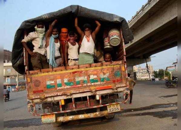 मजदूरों की मजबूरी का फायदा उठा रहे दलाल