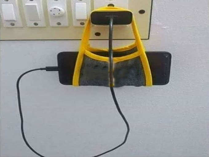 मास्क को बना दिया मोबाइल चार्जिंग स्टैंड