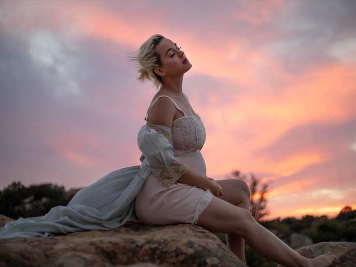 pregnant katy perry bares it all in daisies music video