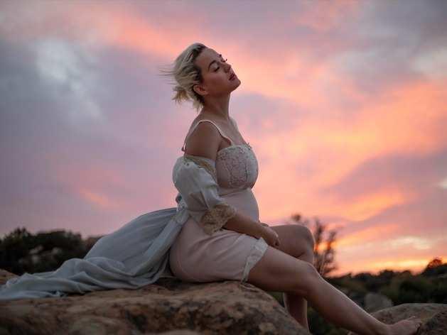 प्रग्नेंट कैटी पेरी का म्यूजिक वीडियो Daisies रिलीज, गाने से ज्यादा कपड़े उतारने की है चर्चा