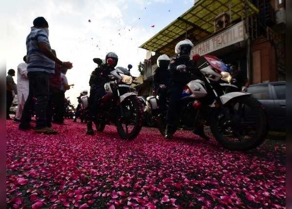 सड़क पर बिछी फूलों की चादर
