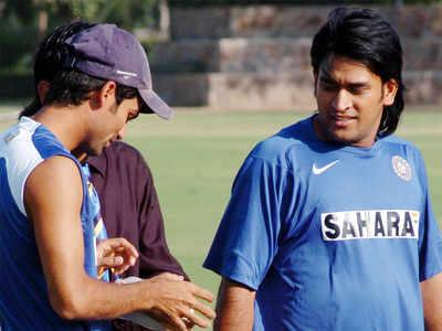 महेंद्र सिंह धोनी के साथ कैफ (file)