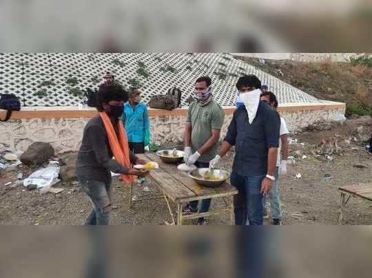 पायपीट करत असेलेल्या मजूरांना अन्नदान