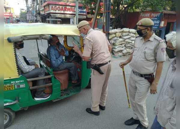 ऑटो में एक से ज्यादा सवारी भरने पर समझा रही पुलिस