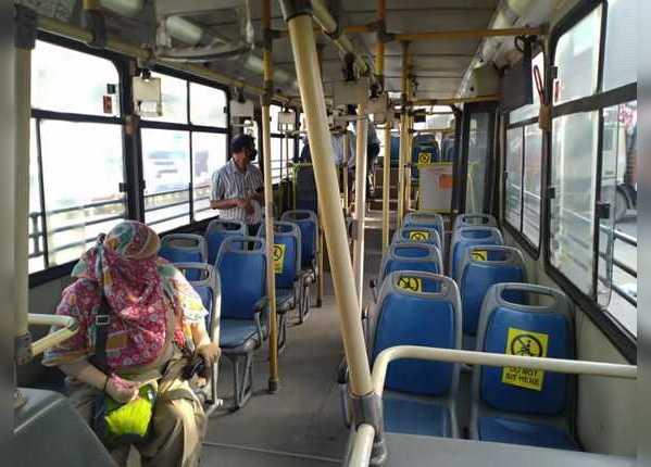बसों की सीटों पर लिखा है, 'यहां ना बैठें'