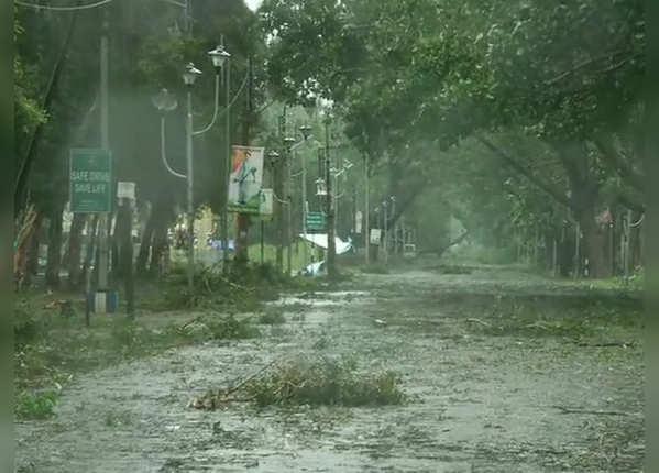 तूफान और बारिश के बीच सड़क का हाल देखिए