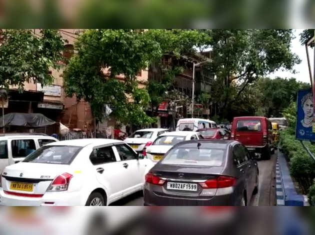 अम्फान चक्रवात के बाद कोलकाता में लॉकडाउन का उल्लंघन कर हजारों वाहन सड़कों पर निकले