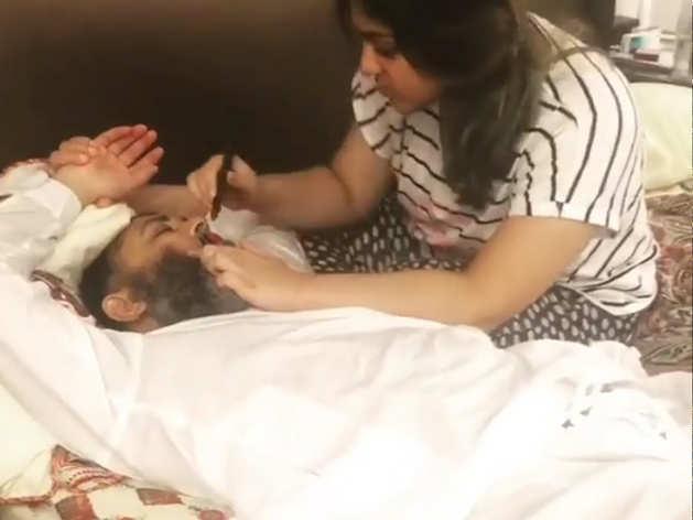 पाकिस्तानी क्रिकेटर मुश्ताक अहमद का मेकअप करती दिखी बेटी, भड़के लोग