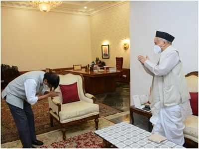 शिवसेना नेता संजय राउत ने राज्यपाल भगत सिंह कोश्यारी से मुलाकात की।