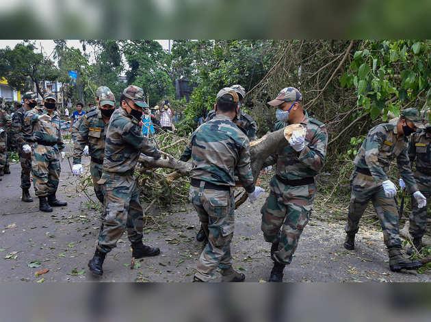 अम्फान चक्रवात: कोलकाता में सेना जुटी राहत कार्य में
