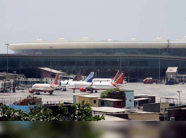 महाराष्ट्र ने 25 फ्लाइट्स को उड़ान भरने और उतरने की दी मंज़ूरी