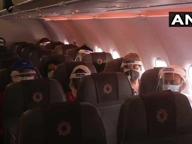 फेस मास्क लगाए दिखे यात्री