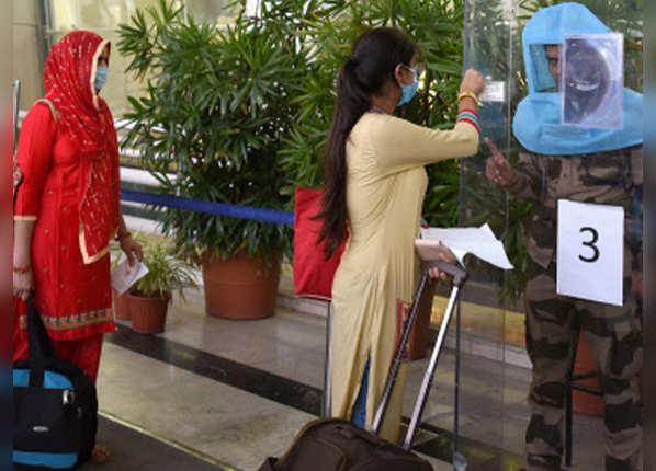 एयरपोर्ट पर सुरक्षाकर्मी ऐसे कर रहे चेकिंग