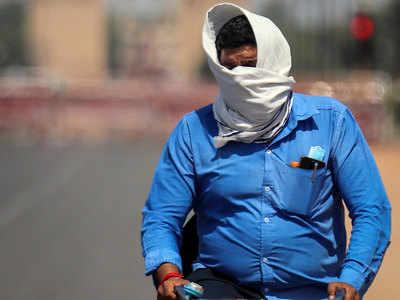 ऐसी गर्मी में घर से निकलने वाले को डिहाइड्रेशन का खतरा रहता है