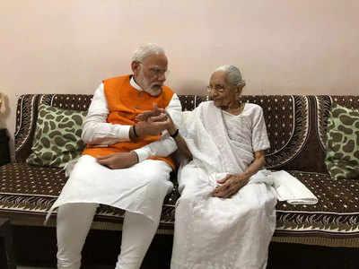 मां के साथ पीएम मोदी।