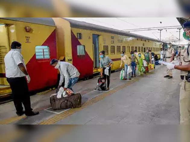 सुप्रीम कोर्ट ने रेलवे और राज्य सरकारों को दिया निर्देश, घर जा रहे प्रवासी मजदूरों से नहीं लें किराया