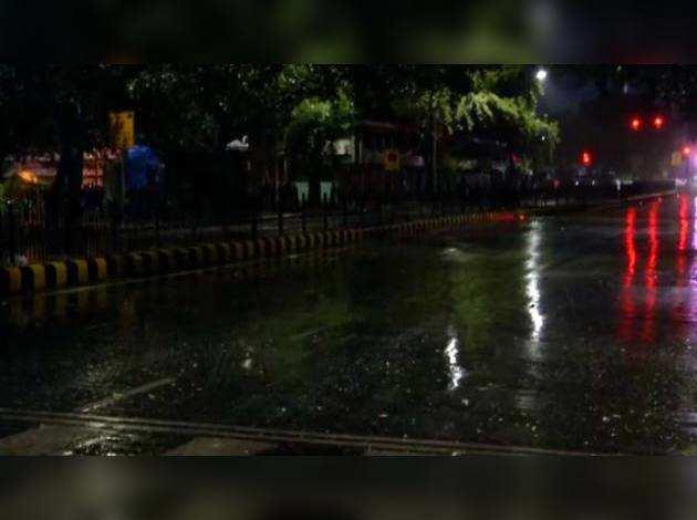 दिल्ली के कई इलाकों में बारिश, गर्मी से राहत