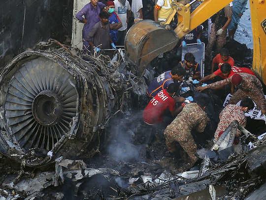 कराची विमान अपघातातील अवशेष