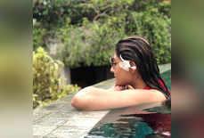 तपती गर्मी में उर्वशी ढोलकिया का पूल में कूल अंदाज