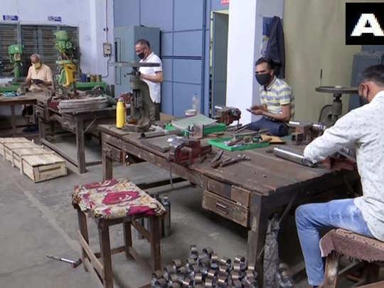 मजदूरों की कमी जूझ रहे कारखाने