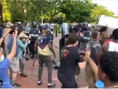 प्रदर्शनकारियों को हटाते सीक्रेट सर्विस के एजेंट्स