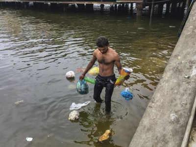 कराची मंदिर के बाहर सफाई करता शख्स