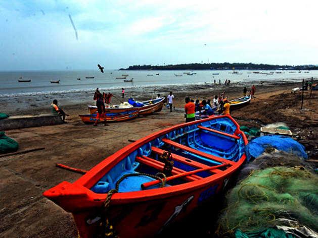 तेज हवाओं के साथ महाराष्ट्र से टकराएगा चक्रवाती तूफान 'निसर्ग', तस्वीरों में जानें अबतक का हाल
