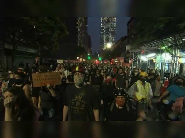 जॉर्ज फ्लॉयड: न्यूयॉर्क में कर्फ्यू के बावजूद लोगों ने किया प्रदर्शन
