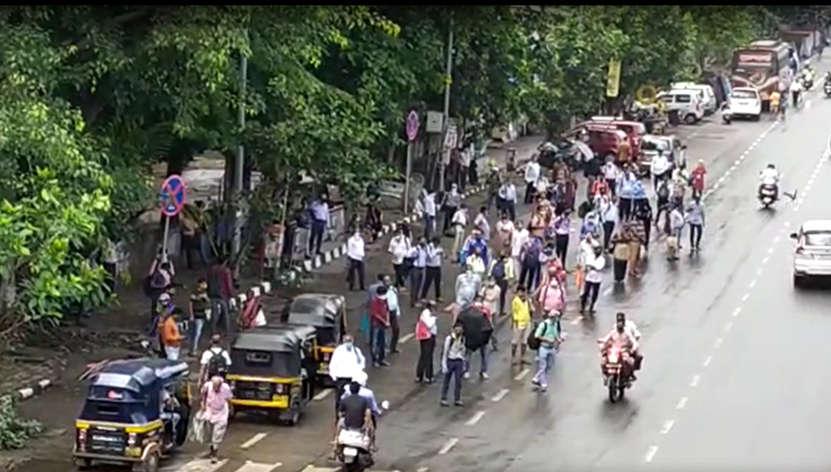 रस्त्यांवर कर्मचाऱ्यांची गर्दी