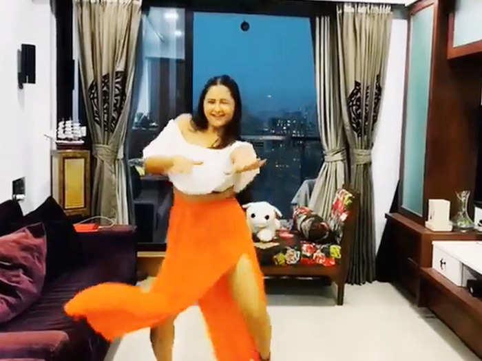 Rashami Desai dance on kamariya song