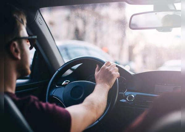 ड्राइविंग करते हुए