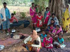 कोरोना के शक में परिवार को गांव से निकाला, पेड़ के नीचे रहने को मजबूर औरत-बच्चे