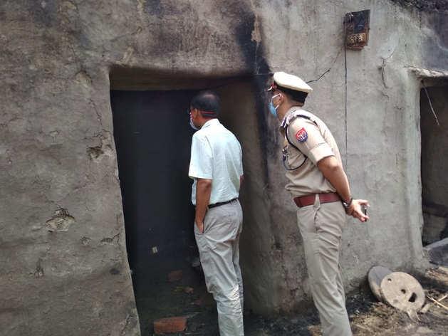 जौनपुर में फूंकी दलितों की बस्ती, जेल पहुंचे एसपी नेता समेत 35 लोग