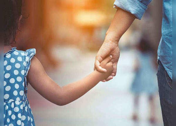 भावनात्मक रूप से मजबूत बनते हैं बच्चे