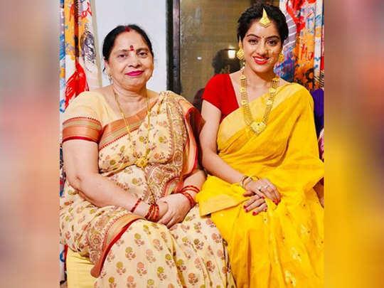 मां के साथ दीपिका सिंह गोयल