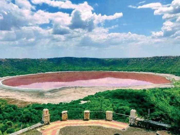 लोनार झील का रंग बदला