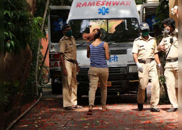सुशांत के घर के बाहर मौजूद पुलिस