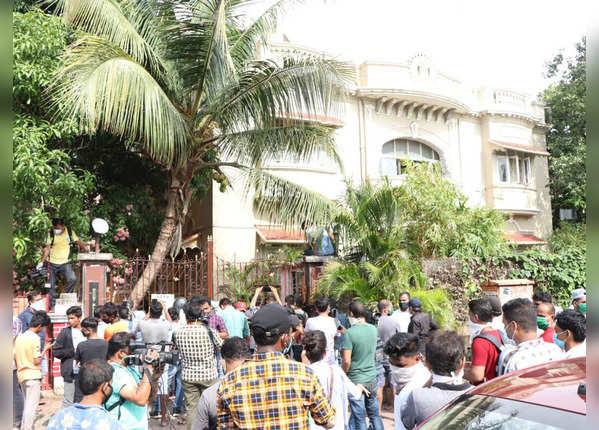 सुशांत के घर के बाहर उमड़ी भीड़