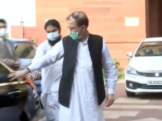 विदेश मंत्रालय में जाते हुए पाकिस्तानी उच्चायोग के प्रभारी