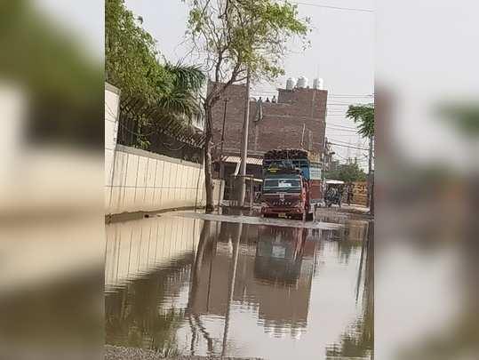 मुबारकपुर मेन रोड पर भरा पानी