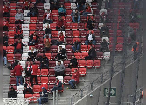 हंगरी में फुटबॉल देखने तो दर्शक भी पहुंचे