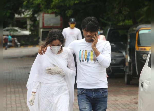 परिवार का दर्द बांटने सुशांत के घर पहुंचीं अंकिता लोखंडे